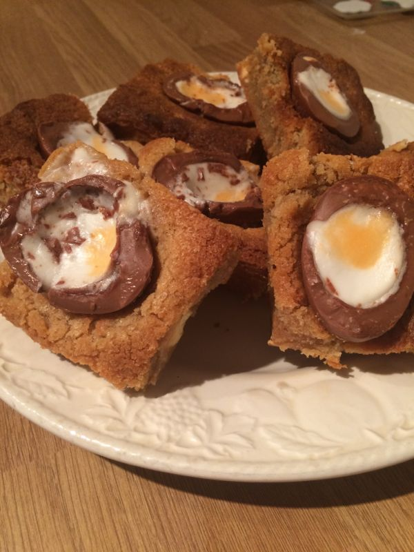 Creme Egg cookie bars via Toby & Roo :: daily inspiration for stylish parents and their kids.