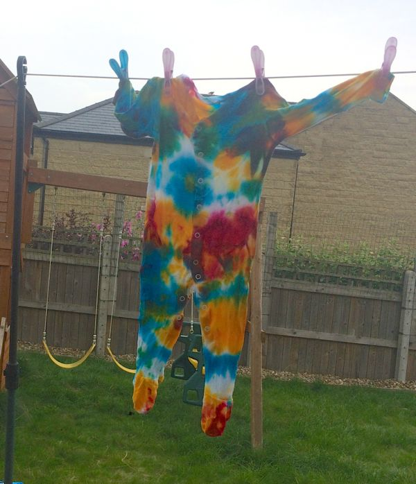 How to make tie dye sleep suits via Toby & Roo :: daily inspiration for stylish parents and their kids.