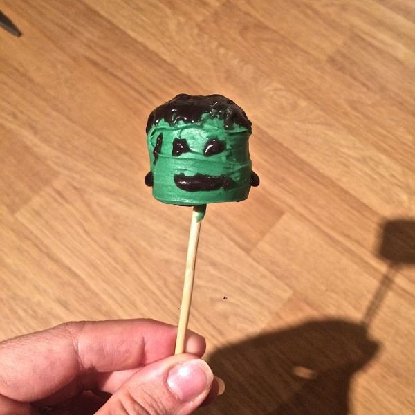 How to make halloween marshmallow pops via Toby & Roo :: daily inspiration for stylish parents and their kids.